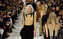 Tailleur pantalon, bleu nuit, appel de l'espace: la Fashion Week en quelques tendances
