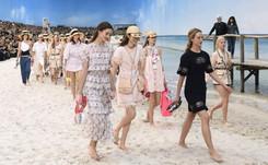 Karl Lagerfeld rejuvenece a Chanel con su apuesta más playera