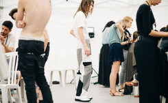 Moda masculina y alta costura en París con seguridad reforzada