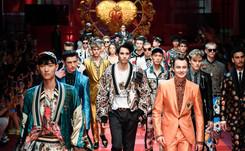 Dolce&Gabbana causa sensación en Milán, Versace rinde homenaje a Gianni