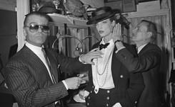 """Rosas blancas para la """"leyenda"""" Lagerfeld frente a la boutique de Chanel en París"""
