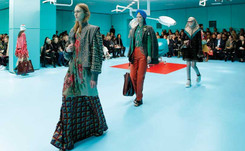 Gucci models carry replicas of heads at Milan Fashion Week