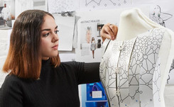 Samsung invita a la prometedora Aurélie Fontan a diseñar una colección usando solo un smartphone