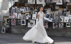 """Défilé Chanel: bouquinistes et """"Immortels"""" inspirent Lagerfeld"""