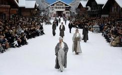 Chanel dévoile sous la neige la dernière collection de Karl Lagerfeld